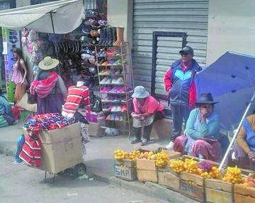 Informales toman las aceras y parte de las calles en la ciudad