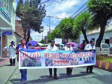 Los médicos marchan pidiendo atención a sus demandas