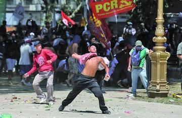 Batalla campal rodea debate de reforma de pensiones argentina