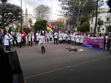 Salud radicaliza sus protestas y rechaza penalización a su labor