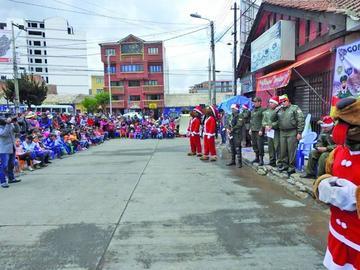 Niños recibieron golosinas y muchos regalos de los efectivos policiales
