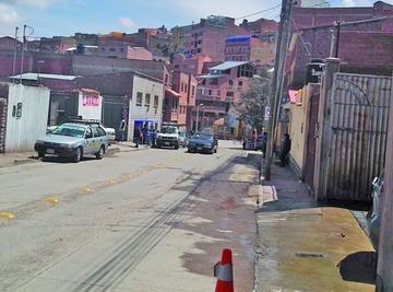 Vehículos estacionados impiden tráfico