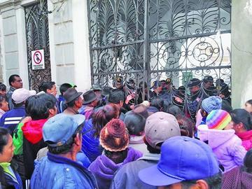 Pobladores de Cantumarca toman Alcaldía