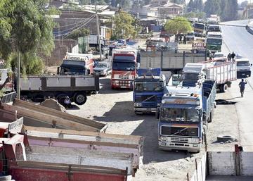 Transporte pesado definirá hoy el bloqueo nacional de caminos