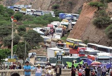 El transporte pesado bloquea vías y otros sectores presionan