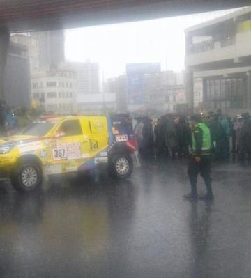 Coche del Dakar se topa con bloqueo y da media vuelta