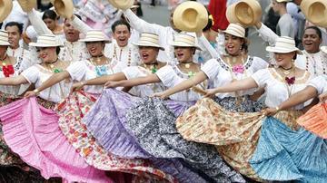 Cumplen desfile de polleras en Panamá