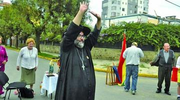 Un sacerdote con sus santos apoya los bloqueos