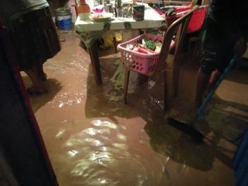 Lluvias causan inundaciones y derrumbes en carreteras
