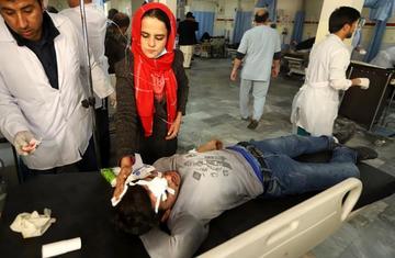 Una ambulancia bomba deja 95 personas muertas en Afganistán