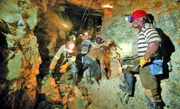 Denuncian que en Sudáfrica hay más de 900 mineros atrapados