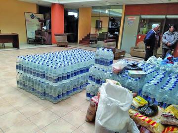 Recolectan agua y víveres para llevar al municipio de Tupiza