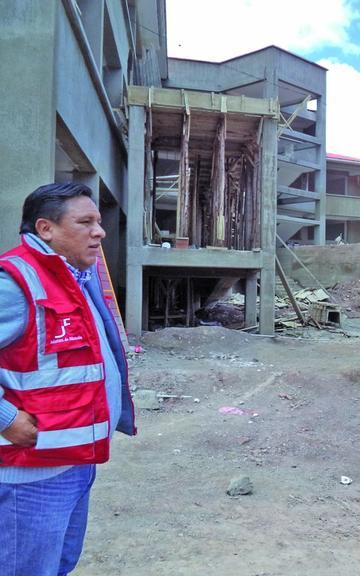 """Construyen los más gigantescos """"edificios"""" escolares en Potosí"""