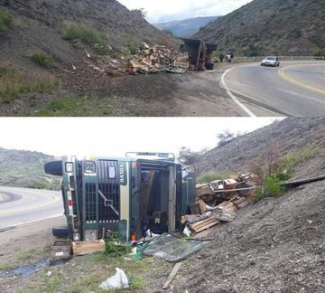 Un camión cargado de cajas de uvas vuelca y hay dos heridos
