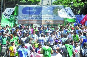 Cientos se manifiestan en Argentina contra los despidos a trabajadores