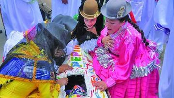 Peculiar entierro del Pepino despide carnaval de La Paz