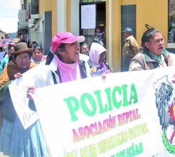 Las esposas de los policías marchan contra descuentos