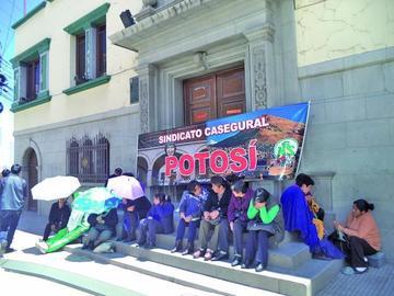 Administrativos de la CNS pararon por 24 horas