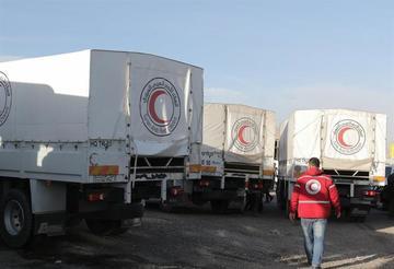 Reparten ayuda humanitaria en medio de bombardeos en Siria