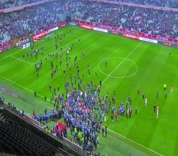 Hinchas del Lille invaden el campo