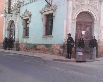 Ecobol amaneció fuertemente custodiado por policías antimotines