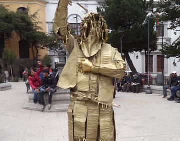 Tinku de Oro va a fiesta de estatuas