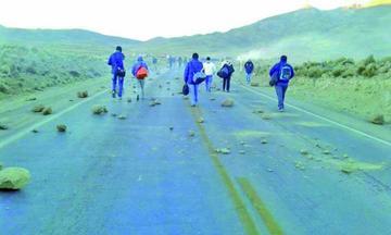 Comunarios inician bloqueo vial contra toma de concesión minera