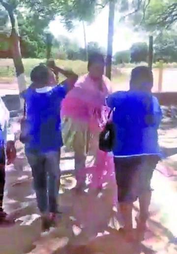 Las mujeres del MAS visten con una pollera a un dirigente campesino