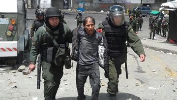 Policía captura a 40 cocaleros en enfrentamiento por sede de Adepcoca