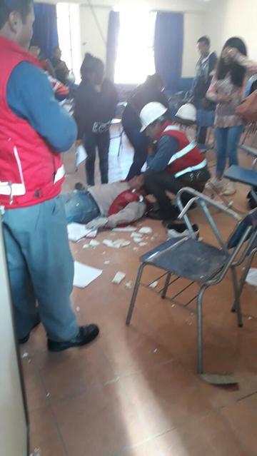 Un hombre cayó al aula donde pasaban clases los universitarios