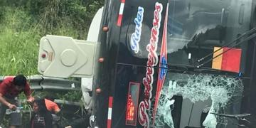 Doce personas mueren al volcarse un autobus en una vía de Ecuador