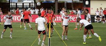 Löw busca tres relevos para el partido contra Brasil