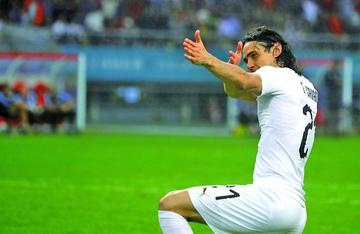 Cavani festeja su partido 100 con un gol
