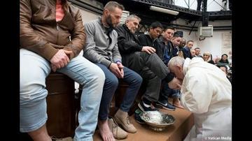 El papa Francisco lava los  pies de presos no católicos