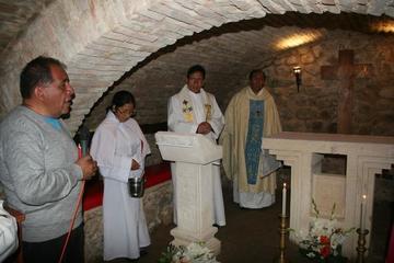 Construyen altar  dentro de cripta