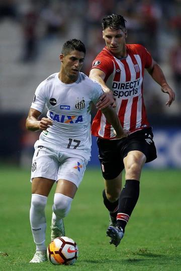 Santos gana a Estudiantes y toma el liderato