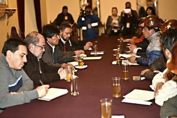 Gobierno y COB conforman cinco comisiones para analizar pliego