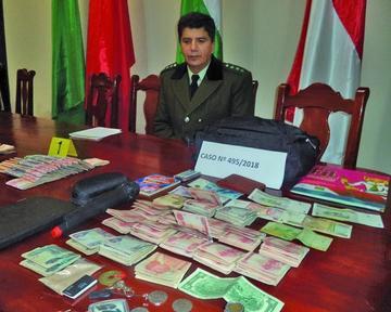 Roban mochila con dinero de hombre que se durmió