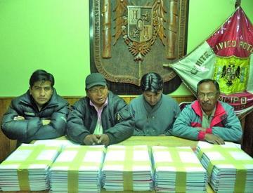 Cívicos no entregan los libros para revocatorio