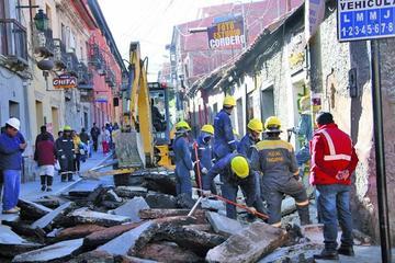 Definen tres turnos de trabajo para concluir obras en la calle Bolívar