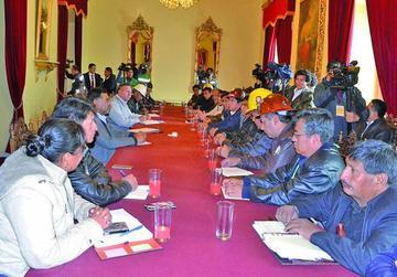 Afirman que Evo Morales y COB definirán el incremento salarial