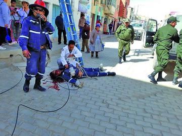 Hombre cae de un poste de alta tensión y muere