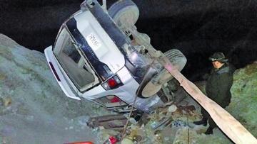 Embarrancamiento de auto deja tres personas heridas