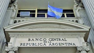 La caída del peso argentino agita la política económica para Macri