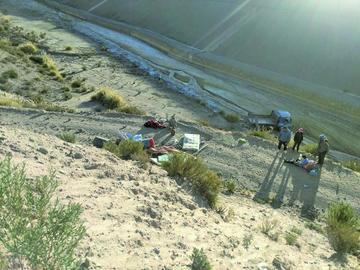 Camión cae al barranco y deja muerto y heridos