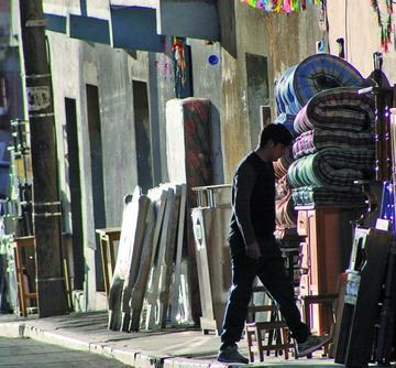 Vendedores de muebles avasallan aceras