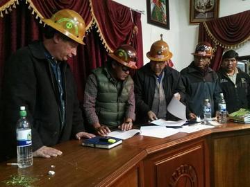 Gobierno y cooperativas sellan acuerdo para control de aporte minero