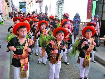 Estudiantes bailan en la XXI versión de Entrada Salesiana