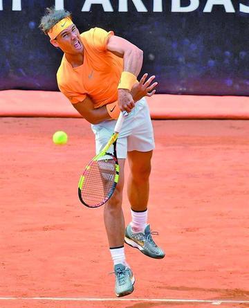 Nadal somete a un Djokovic batallador