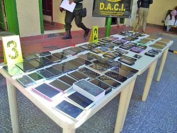 Felcc incauta más de 100 celulares a tres personas